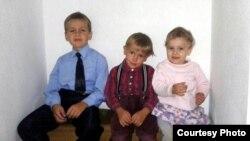 Дзеці сям'і Хадарэнкаў (зьлева направа): першаклясьнік Сьцяпан, ягоны брат Ягор ды сястра Сафія