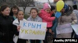 Жители Крыма, протестующие против оккупации со стороны России. 8 марта 2014 года.