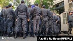 Polislər aksiyanın genişlənməsinə imkan vermir, Bakı, 20 oktyabr 2019