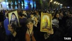 Тбилисидің азаттық алаңында тұрған оппозиция жақтасы. Тбилиси, 2 қазан 2012 жыл