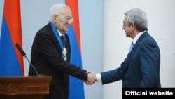 Նախագահ Սերժ Սարգսյանը հանդիսավոր արարողության ժամանակ Վլադիմիր Մովսիսյանին է հանձնում Պատվո շքանշանը, Երևան, 16-ը նոյեմբերի, 2013թ․