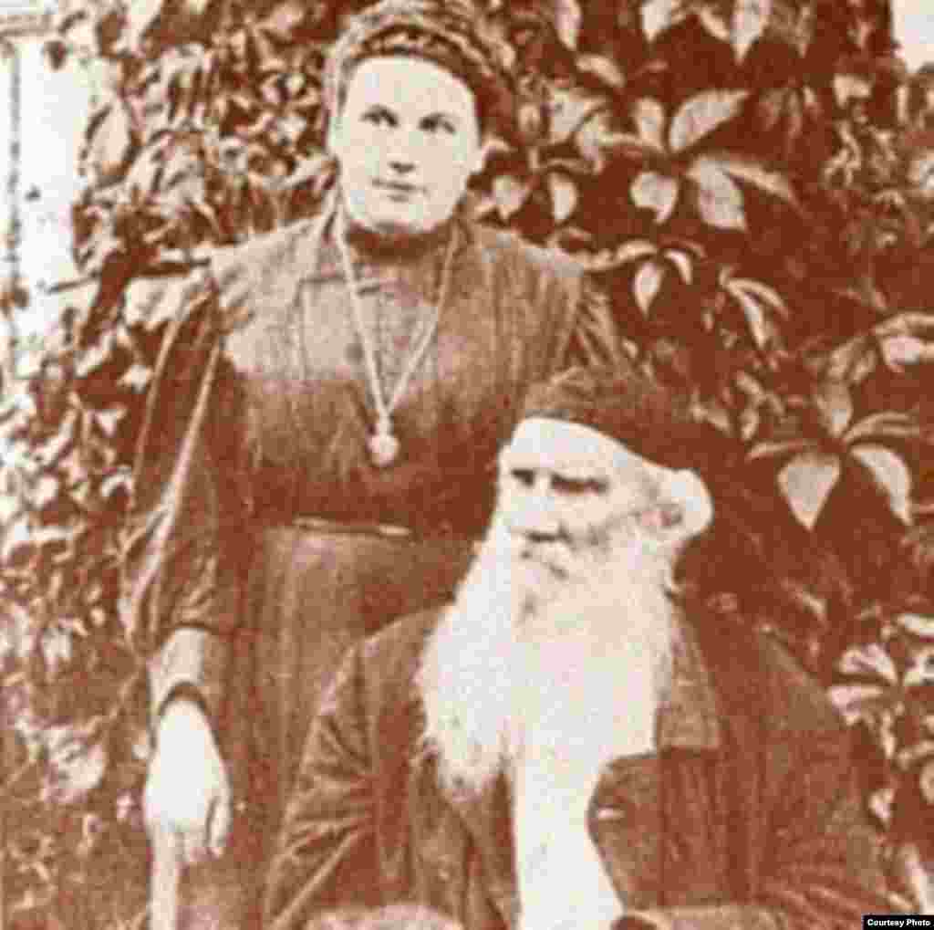 لئو تولستوی در کنار دخترش الکساندرا در ۱۹۰۸ میلادی