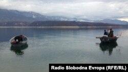 Риболовци на Дебарско Езеро.
