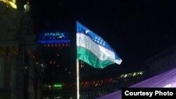 Киевтегі Еуромайдан алаңындағы Өзбекстан туы. (Көрнекі сурет)