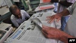 Кубинцы читают сообщение о новом порядке выезда за рубеж.