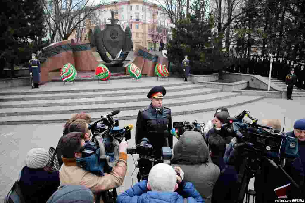 Міністр унутраных спраў Юры Караеў дае інтэрвію дзяржаўным журналістам