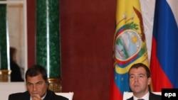 ეკვადორისა და რუსეთის პრეზიდენტები რაფაელ კორეა (მარცხნივ) და დმიტრი მედვედევი 29 ოქტომბერს, კრემლში გამართულ პრესკონფერენციაზე