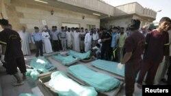 جثث قتلى الحادث أمام مستشفى في كربلاء
