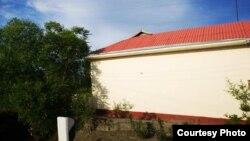 Дом, крыша которого покрашена в красный цвет только с одной стороны. Риштанский район Ферганской области.