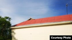 Дом, крыша которого покрашена в красный цвет только с одной стороны. Риштанский район Ферганской области, 2019 год.