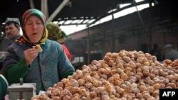 Çində uyğur satıcı qadın