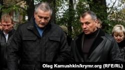 Сергей Аксенов (л) и Владимир Константинов. Симферополь, ноябрь 2014 года