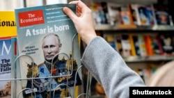 На обложке The Economist – изображение президента России Владимира Путина с заголовком «Родился царь». Франция, Страсбург, 28 октября 2017 года