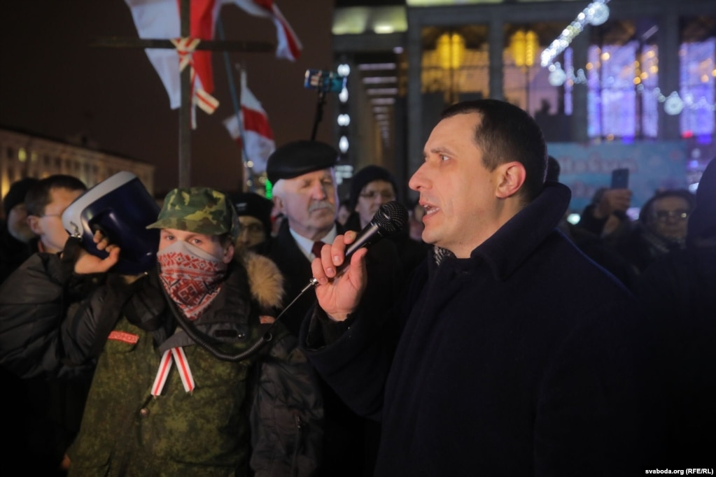 Павал Севярынец выступае на Кастрычніцкай плошчы