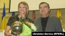 Найкраща українська футболістка-2012 Ірина Зварич отримала приз від легенди футболу Володимира Трошкіна