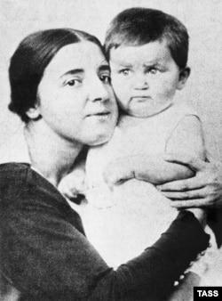 Надежда Аллилуева с сыном Василием, 1922 год