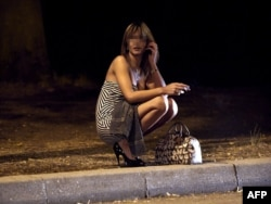 krupnim-smotret-seks-militsiya-zaderzhivaet-prostitutku-video-odnu-devushku