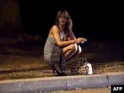 Проститутка в ожидании клиента, Париж, Булонский лес, 2011 год