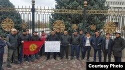 Участники акции рядом с Белым домом в Бишкеке, 19 марта 2016 года.