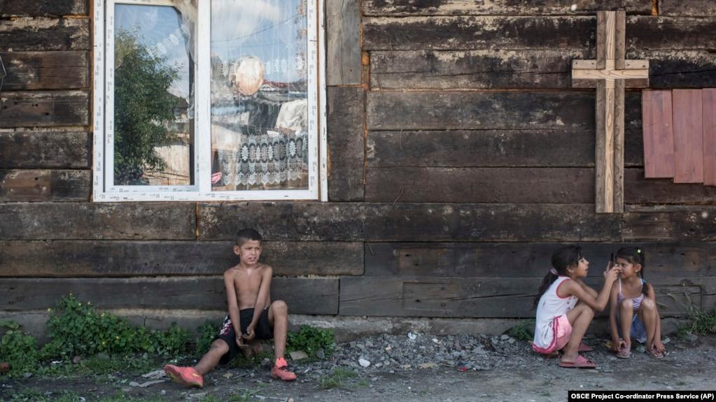 Amnesty Urges Ukraine Authorities To Protect Roma Minority, Provide