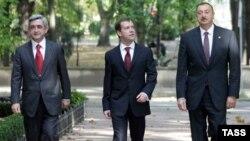 Президент России Д.Медведев (в центре), президент Азербайджана И.Алиев (справа) и президент Армении С.Саркисян (слева)