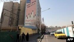 Антиамерикалық ұран ілінген үйлер. Тегеран, 18 қаңтар 2016 жыл. (Көрнекі сурет)