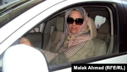 سيدة عراقية تقود سيارة في احد شوارع بغداد