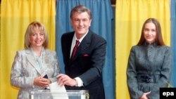 Виктор Ющенко, как и положено президенту, проголосовал одним из первых. На снимке он вместе с женой Катериной и дочерью Виталиной