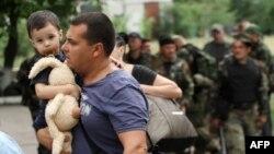Украина әскері мен ресейшіл сепаратистер соғысып жатқан Луганскіні тастап бара жатқан тұрғындар. 2 маусым 2014 жыл.