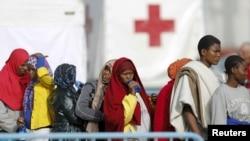 Мигранты в гавани Катания, Италия.