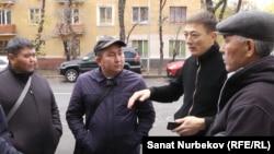 Освободившиеся после десяти суток ареста (справа налево) Руслан Нурканов, Ерлан Файзуллаев, Медет Арыстанов, Ермек Байгулин. Алматы, 5 ноября 2019 года.
