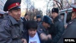 Милиционеры производят арест участников акции протеста. Бишкек, 23 марта 2010 года.