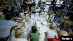 Anëtarët e komisionit të zgjedhjeve duke i numëruar votat në një vendvotim në kryeqytetin Kiev në Ukrainë