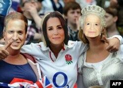 Britaniyalı azarkeşlər William,Catherine və Britaniya karalicası II Elizabeth-in maskalarını taxıb, London 2012