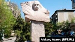 Памятник Тарасу Шевченко в Алматы, установленный в 2000 году.