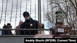 Люди приносят фрукты для украинцев, эвакуированных из Китая, 21 февраля, Новые Санжары