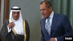 Сауд Арабиясы сыртқы істер министрі Адел әл-Жубейр (сол жақта) Ресей сыртқы істер министрі Сергей Лавровпен кездесуде. Мәскеу, 11 тамыз 2015 жыл.