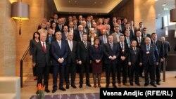 Na zasedanju Generalne skupštine CES u Beogradu učestvuje 11 od 12 zemalja članica: Grupna fotografija učesnika Skupštine u hotelu 'Metropol'