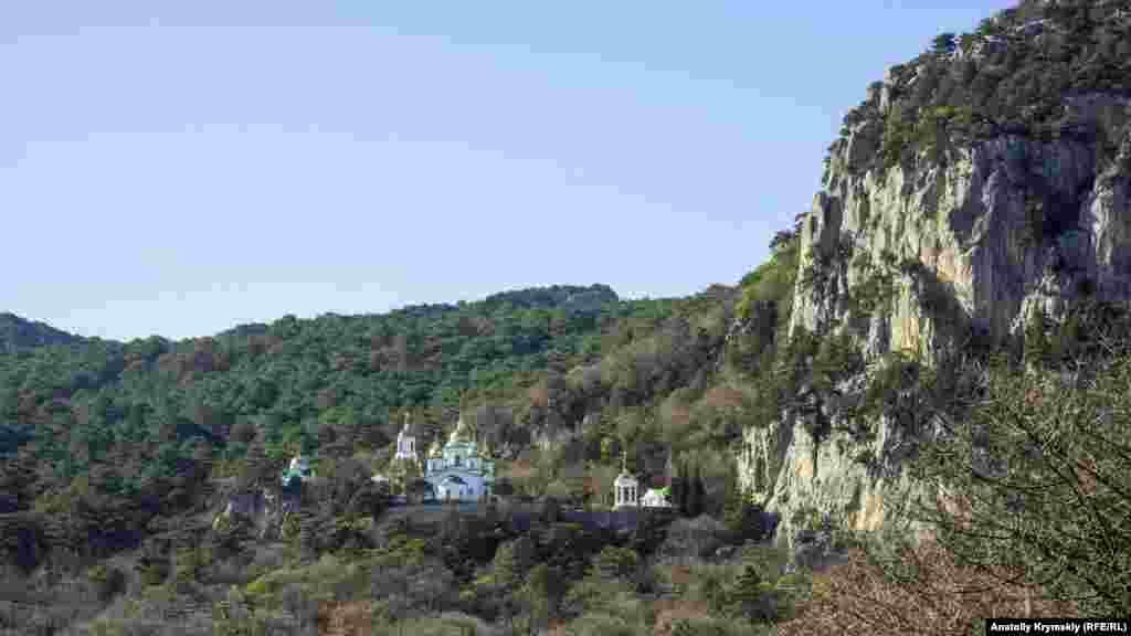 Вид с Солнечной тропы на собор святого архистратига Михаила над поселком Ореанда у подножия горы Ай-Никола