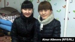 Сандугаш Муса (слева), студентка Синьцзянского медицинского университета в общежитии. Урумчи, 23 февраля 2013 года.