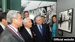 США - Президент Армении Серж Саргсян посещает выставку, посвященную 100-й годовщине Геноцида армян (архив)