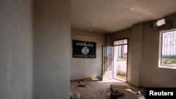 Флаг Исламского государства в заброшенном здании в Тель Хамисе, Сирия