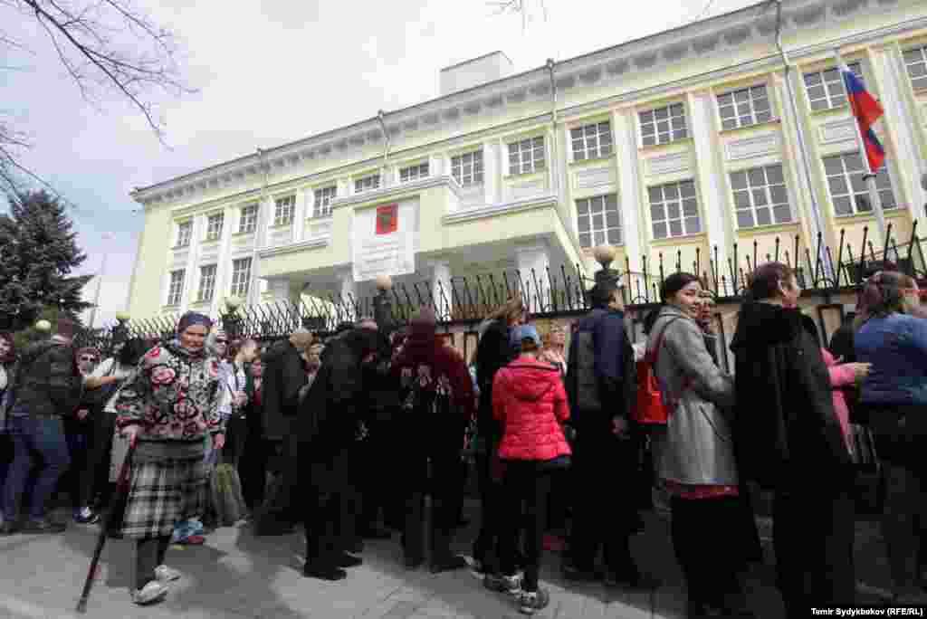 Граждане России, пришедшие на избирательный участок, который расположен в здании посольства, выстроились в очередь вдоль проспекта Манаса.