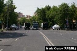 Полицейская спецтехника, охраняющая правительственный квартал на проспекте Баграмяна