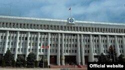 У здания Жогорку Кенеша в Бишкеке.