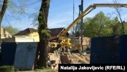 Na mestu srušenih kuća, u istorijskoj celini u ulici Braće Radić u Subotici, u toku su radovi na izgradnji stambeno-poslovnog objekta.
