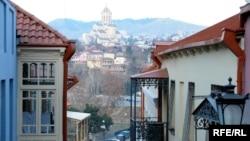 На сегодняшний день в старом Тбилиси насчитывается около 12 тысяч аварийных домов, среди которых 1700 имеют статус исторических памятников. Как полагают специалисты, процесс восстановления исторических зданий и постройки новых должен вестись в параллельном режиме