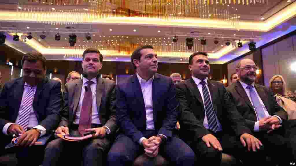 МАКЕДОНИЈА - Договорот од Преспа е позитивен пример, а Европската Унија треба да даде датум за преговори Северна Македонија и Албанија, беа пораките што се слушнаа на Самитот на Економист за Западен Балкан во Скопје, на кој учествуваа Зоран Заев, Алексис Ципра, Вес Мичел, Мартин Шулц и други актуелни и поранешни функционери .