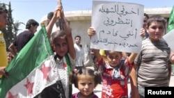 کودکان معترض سوری در نزدیکی شهر ادلب