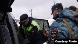 Сотрудники полиции Татарстана проводят досмотр автомобиля. Иллюстративное фото.
